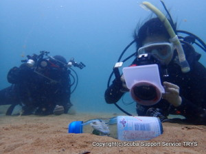 水中カメラでラムネ瓶を撮影
